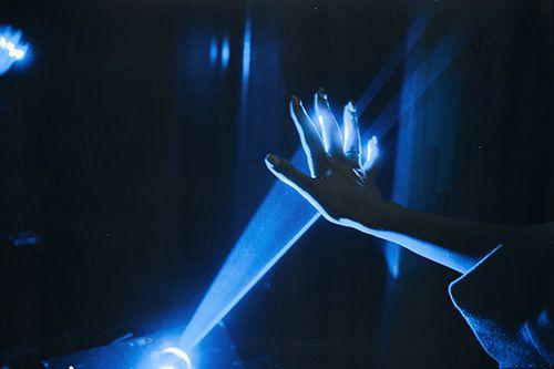 La luz azul la emiten los aparatos electronicos